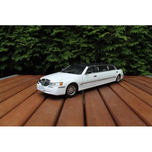 1:18 Lincoln Town Car Stretch Limousine wit Sunstar / JJTOP